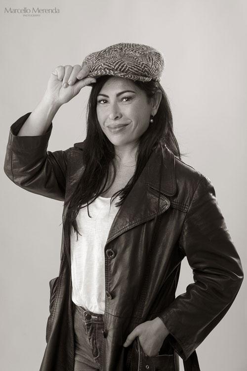con cappello in studio foto di Marcello Merenda