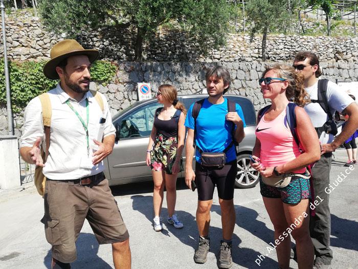 la guida Frank Damiano con il gruppo in partenza per la valle delle Ferriere